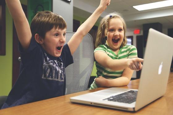 niños_entusiasmados_ordenador