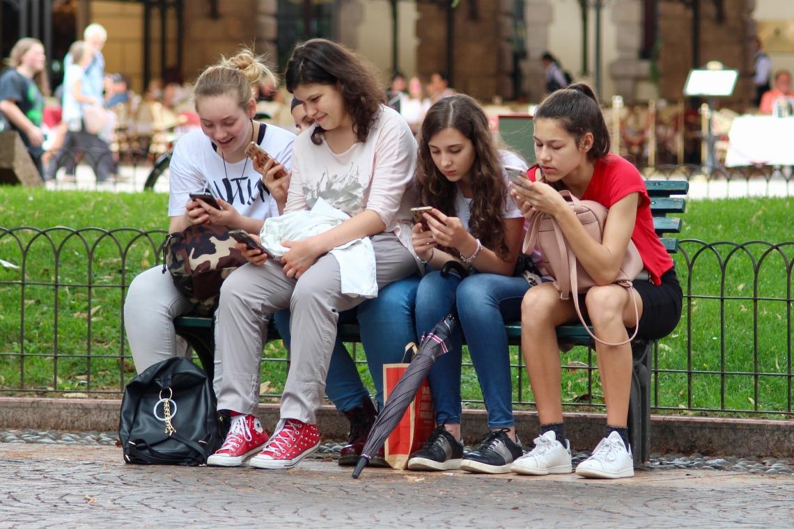Jóvenes con dispositivos móviles