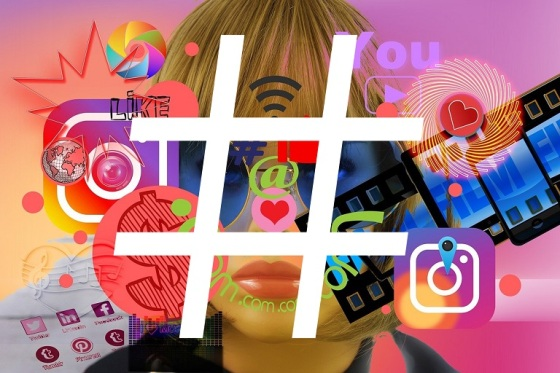 ícono de hashtag sobre una imagen compuesta por un rostro de mujer y varios íconos de redes sociales