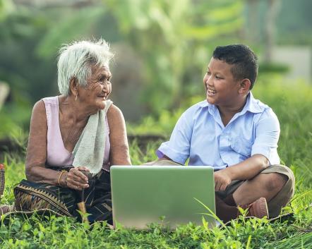 abuela y nieto ante una computadora