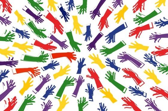 manos de muchos colores y tamaños