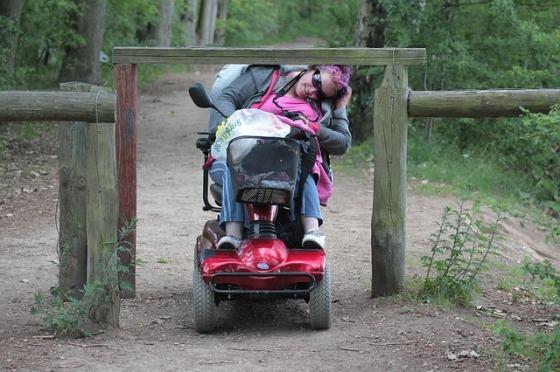 persona en silla de ruedas que no puede pasar por una puerta