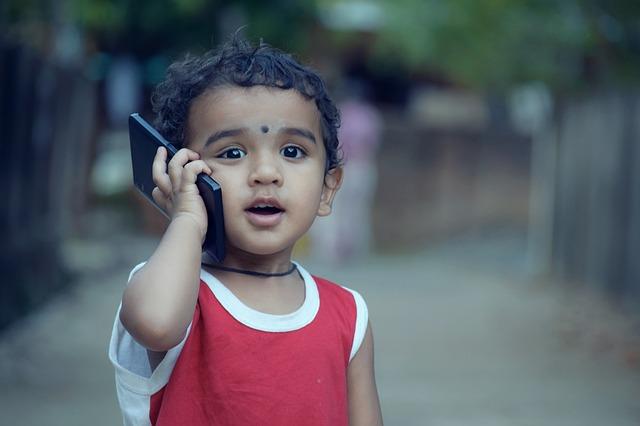 Niño pequeño hablando por celular