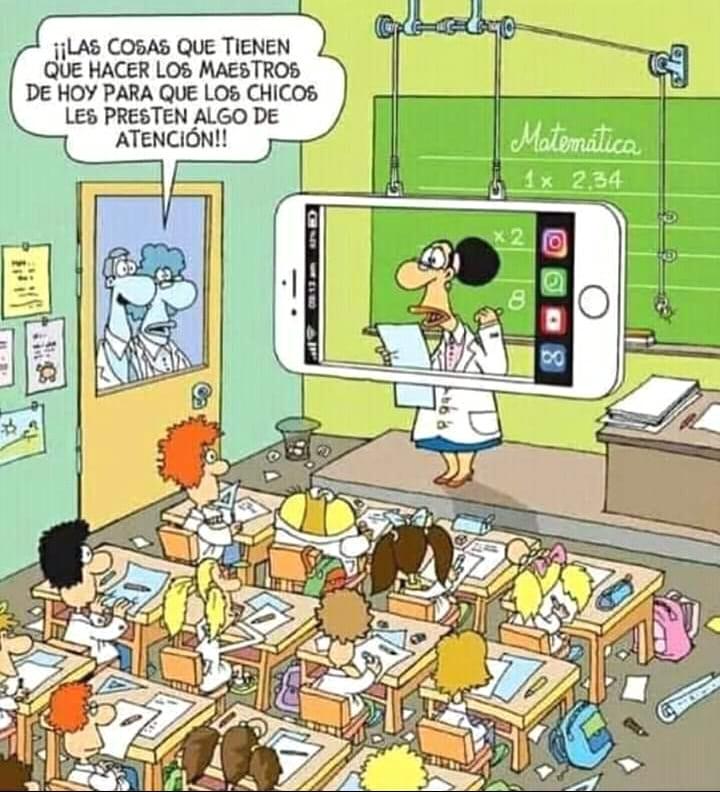 aula tradicional con una docente que habla enmarcada en una pantalla que simula ser un celular