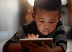 niño con una tableta