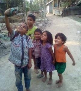 niños y niñas simulando sacarse una selfie con una ojota