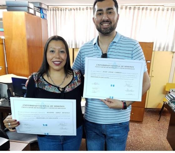 Maxi y Julio con sus diplomas