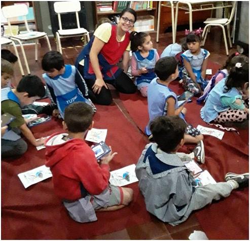 Docente bibliotecaria y un grupo de estudiantes practicando con Realidad Aumentada