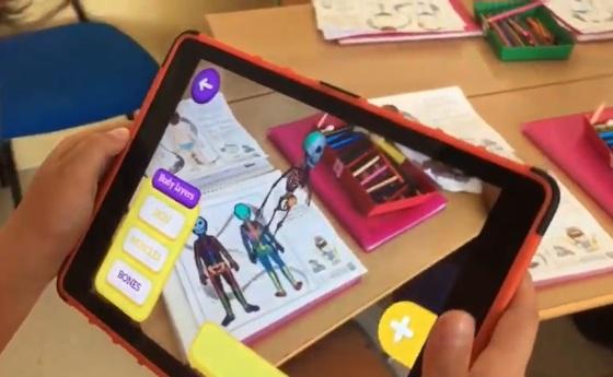 niño con tableta con realidad aumentada