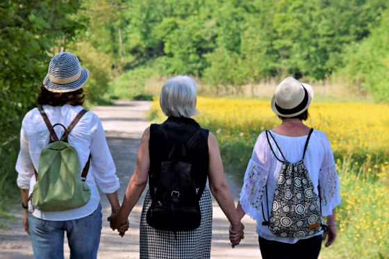 tres mujeres de la mano
