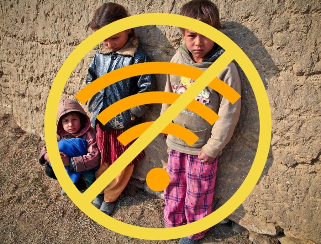 niños y niñas apoyados en una pared con el símbolo de Internet tachado