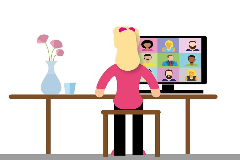 mujer vista de espaldas frente a una computadora en una videoconferencia